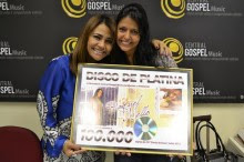 """Raquel Mello recebe Disco de Platina pelo CD """"Sinais de Deus"""""""