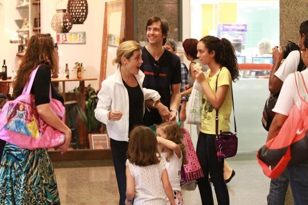 Vladimir Brichta e Adriana Esteves em shopping do Rio (Foto: Clayton Militão / Foto Rio News)