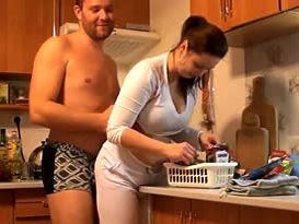 Abordou a esposa cheinha por trás na cozinha e saiu trepando pela casa toda