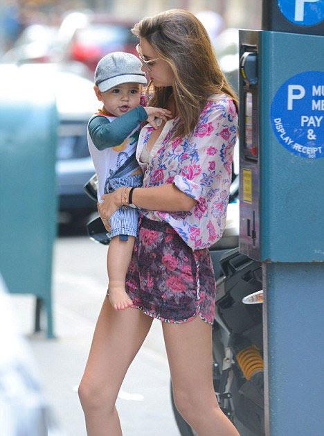 Miranda Kerr và con trai 18 tháng tuổi trên phố New York, ngày 24/6.