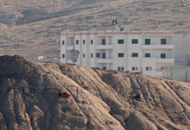 Flaga dżihadystów powiewa nad strategicznym miastem Kobane przy granicy z Turcją
