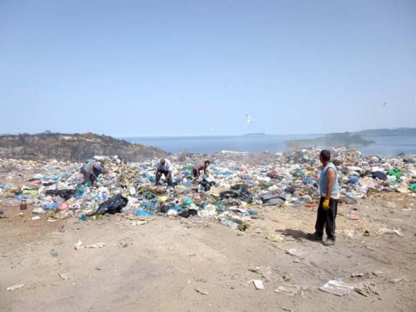 Ο ένας έριχνε στον άλλον τις ευθύνες για τα σκουπίδια