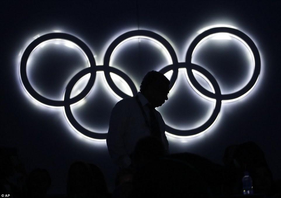 Um espectador caminhou até seu assento, passado um anéis olímpicos iluminadas durante a cerimônia de abertura dos Jogos Olímpicos de 2016 no Rio de Janeiro