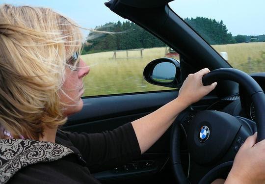 Mulher dirige com cautela devido a estrogênio