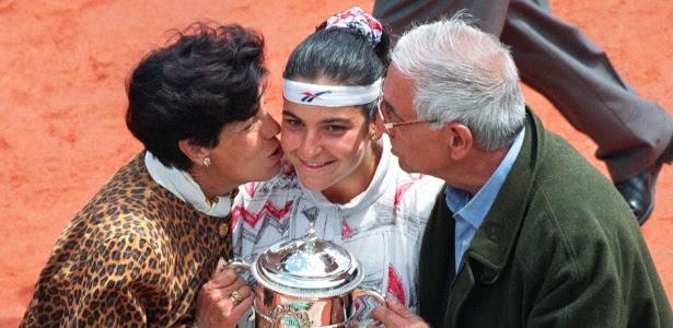 Aranxta Sanchez recebe beijo dos pais após conquista; tenista foi expulsa do velório