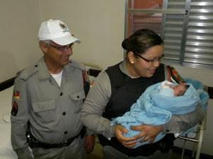 Sargento e soldada se emocionaram no reencontro com o bebê (Foto: Maurício Gaspareto/RBS TV)