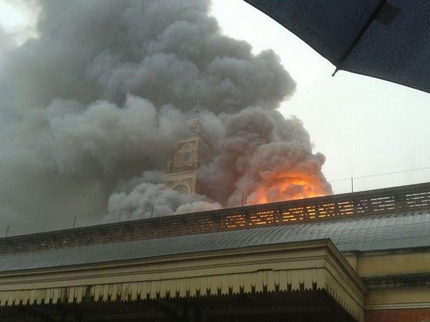 Fogo atinge o Museu da Língua Portuguesa na região central de São Paulo (Foto: Luciana Rossetto/G1)