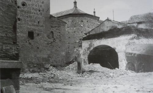 Demolición de los antiguos depósitos de agua de la Plaza de San Román (Toledo) en 1979. Fotografía de Villasante.