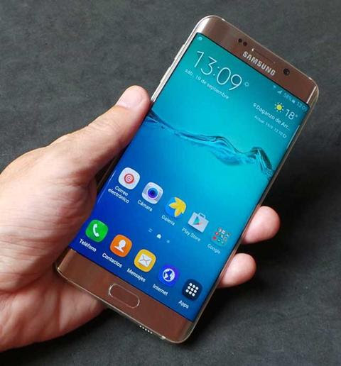 Samsung Galaxy S6 Edge Plus en mano