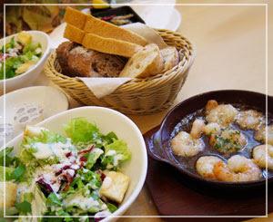 有楽町「神戸屋ダイニング」にて、サラダとかパンとかいろいろー