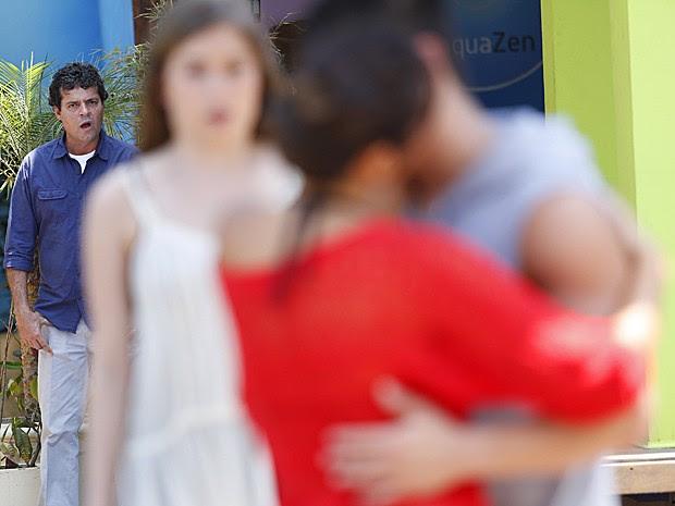 Marcelo fica completamente enciamo e chateado com o que vê (Foto: Raphael Dias / Gshow)