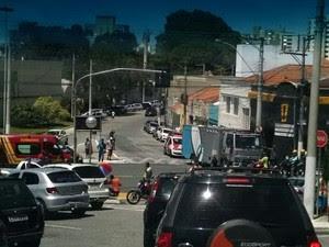 Moto e caminhão que transportava presos bate em Taubaté (Foto: Vanguarda Repórter/Igor Monteiro)