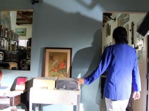 Jobson Maia é filmado entrando em um dos sebos que frequenta (Foto: Christina Fuscaldo)