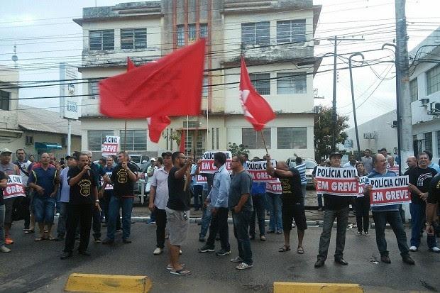 Após assembleia, policiais civis foram às ruas para anunciar a greve da categoria (Foto: Lucas Leite/G1)