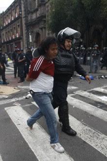 La Policía Federal desaloja a los maestros de la CNTE del Zócalo. Foto: Hugo Cruz.