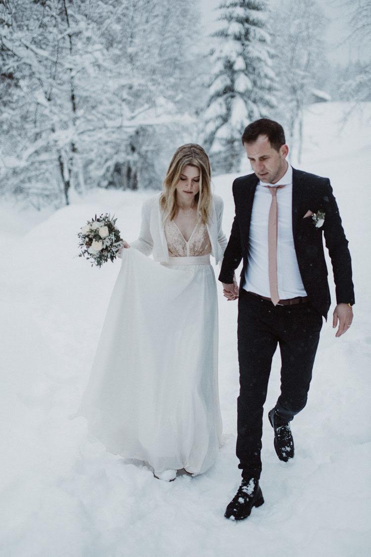 ein blush Truvelle Hochzeit Kleid mit einem V-Ausschnitt und einem Pailletten-Mieder für einen weichen, glitzernden touch