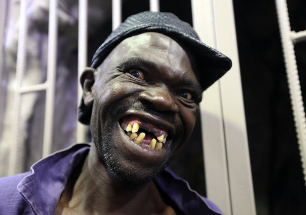 Mison Sere ganhou concurso de homem mais feio de Zimbábue (Foto: Tsvangirayi Mukwazhi/AP)