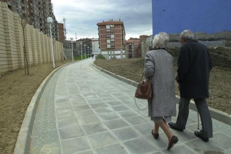 Una pareja de ancianos pasea por una calle de Bilbao. | Mitxi