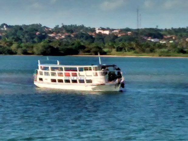 Lancha foi resgatada por outra embarcação (Foto: Reprodução/TV Sergipe)