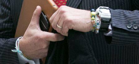 Phil Falcone đeo một môn đồng hồ thể thao màu đen (giống như một chiếc Casio G-Shock ) và một số vòng tay làm từ các hạt đá nhỏ.