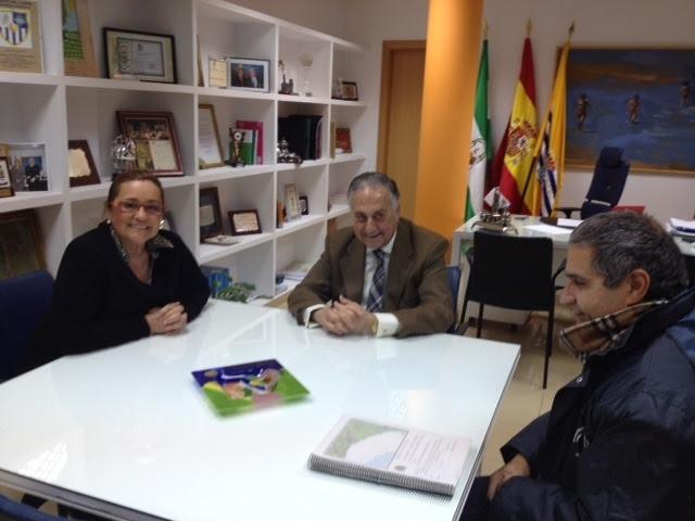 El subdelegado y la alcaldesa de Isla con el jefe de Costas en Huelva