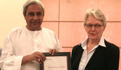 The Chief Minister of Indis's Odisha Naveen Patnaik receives the citation recognising Odisha's effective cyclone preparedness from Ms Wahlström. (Credit: www.unisdr.org) Click to enlarge.