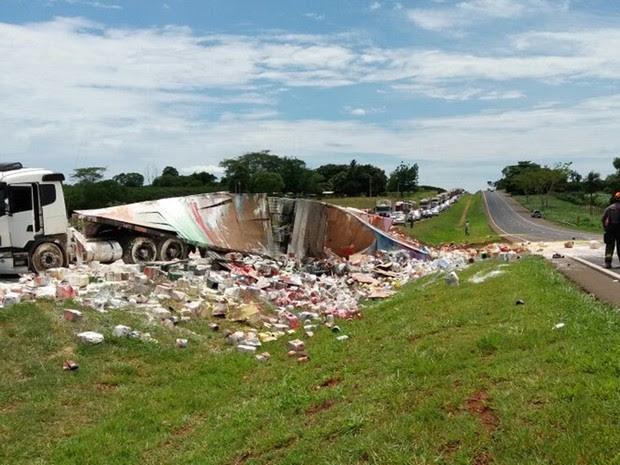 Houve congestionamento no lado da pista onde aconteceu o acidente  (Foto: Divulgação/Polícia Rodoviária Estadual)
