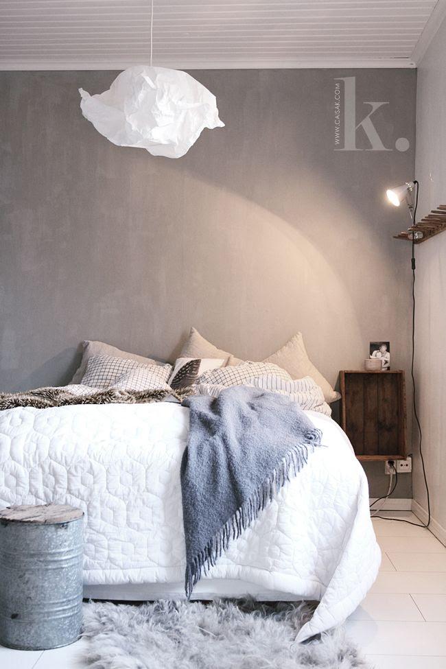 Vackert och rofyllt sovrum med kalklitir lute primo på väggen.