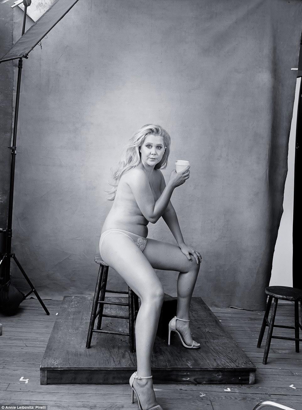 Liderando o caminho: A comediante Amy Schumer se despiu para o Calendário Pirelli 2016, uma das 12 mulheres ilustres escolhidos pelo top fotógrafo Annie Leibovitz para ajudar a reinventar o calendário pin-up