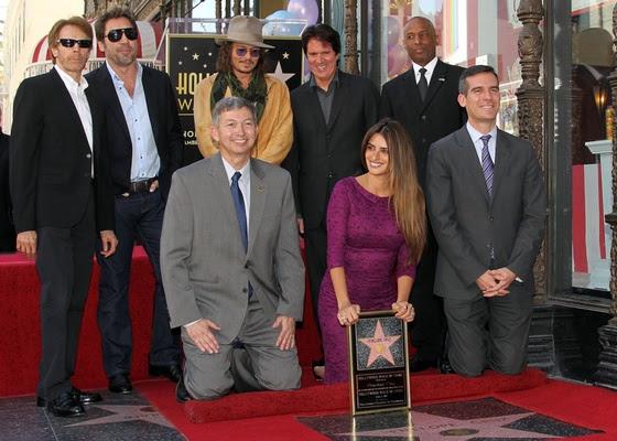 Primeira fila, da esquerda para a direita: Leron Gubler, Penélope Cruz, Gil Garcetti. Segunda fila: Jerry Bruckheimer, Javier Bardem, Johnny Depp, Rob Marshall e convidado, na homenagem a Penélope Cruz com uma estrela na Calçada da Fama, em Hollywood (1/4/2011)