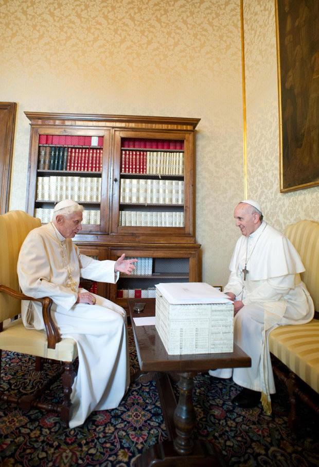 Bento XVI e Papa Francisco se reúnem em Castel Gandolfo (Foto: Osservatore Romano/AFP)