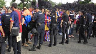 Policia Nacional a l'exterior del Vicente Calderón (EFE)