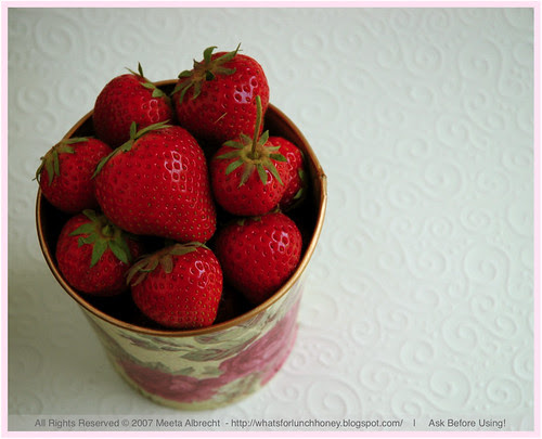 StrawberriesInFloweredPot01