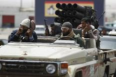 Αντάρτες αποχωρούν ύστερα από την προέλαση των δυνάμεων του Καντάφι