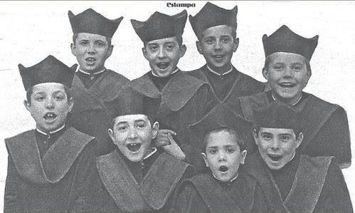 Seises del Colegio de Infantes (Toledo) en 1930. Foto Benitez Casaux para Revista Estampa
