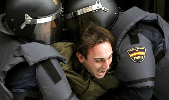 Agentes de la UIP retiran a la fuerza a un activista antidesahucios.