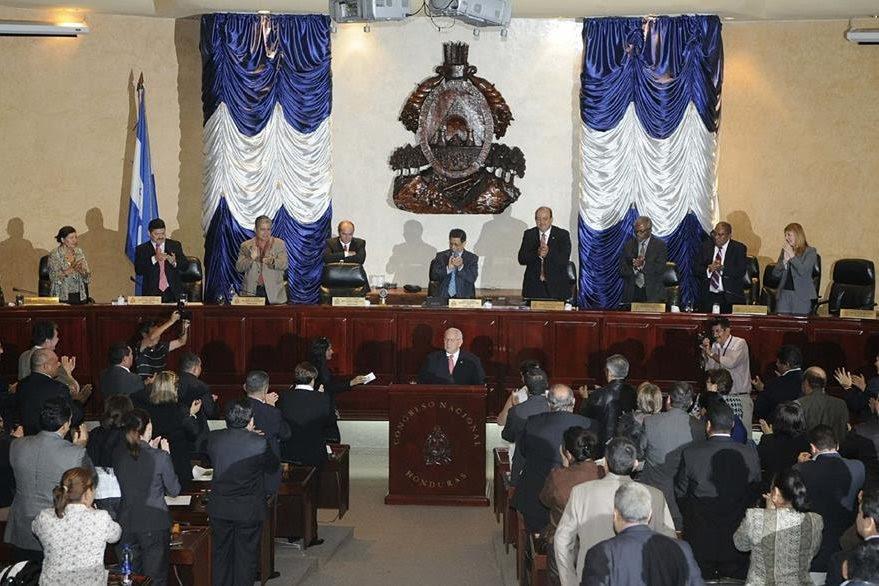 El presidente designado, Roberto Micheletti se dirige al Congreso luego de haber asumido la presidencia de Honduras. (Foto: EFE)