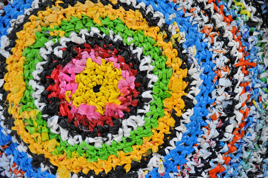 Cómo crear moquetas con bolsas plásticas. Ideas para hacer hilados con bolsas de plástico. Cómo crear alfombras y otros objetos con bolsas plásticas