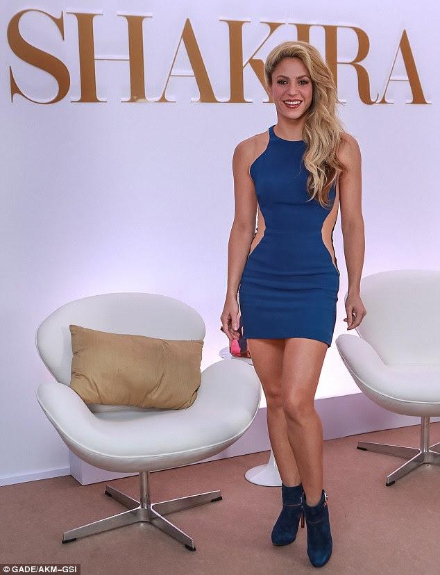 Bonito no azul: Shakira parecia sensacional em um minivestido azul equipada enquanto o lançamento de seu mais recente perfume, a dança apropriadamente chamado, no hotel Tivoli Mofarrj de São Paulo na terça-feira à tarde