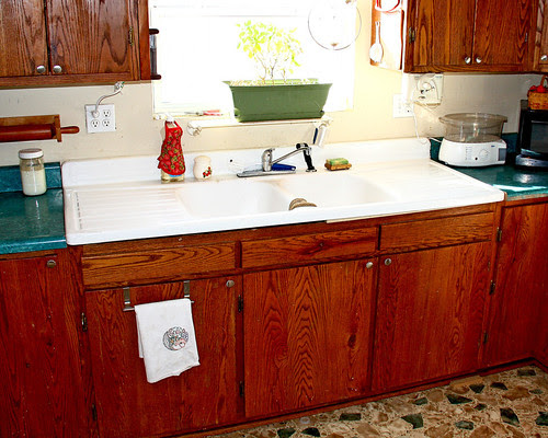 Galen FINALLY got my new (OLD) sink installed with the help of a neighbor!!  LOVEING it!  :-))