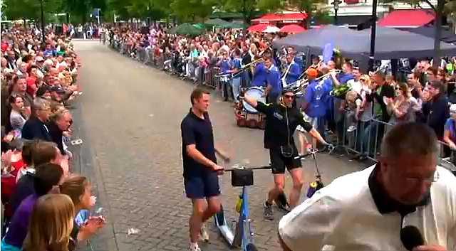 arrivee des vainqueurs de la Stepelfstedentocht 2011, course de trottinettes de 230 km en Hollande
