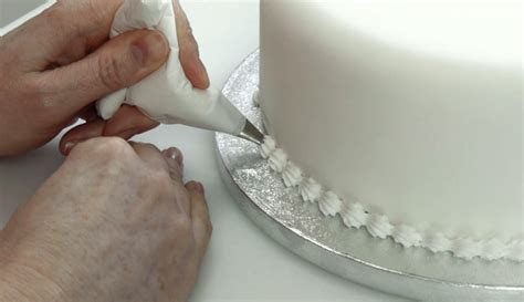 How To Pipe A Shell Border With Royal Icing   Cake Craft World