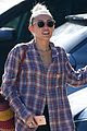 miley cyrus joins her parents for grocery shopping in malibu 04