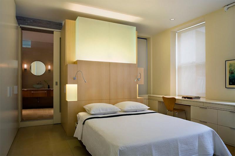 Phòng ngủ và góc làm việc tại gia được tích hợp gọn gàng trong cùng một không gian.