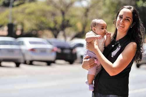 Aline levou a filha ao hospital e pagou um estacionamento privado para não andar tanto com a pequena ao colo (Monique Renne/CB/D.A Press)