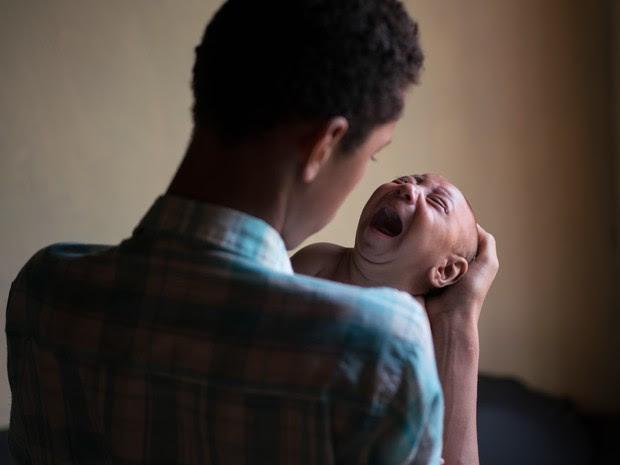 Elielson tenta acalmar seu irmão José Wesley em sua casa em Bonito (PE). José tem dificuldades para se alimentar, algo comum entre crianças com problemas neurológicos como a microcefalia (Foto: Felipe Dana/AP)
