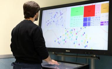 <p>Mesa inteligente con la que se puede manejar el sistema multidispositivo. / UC3M</p>