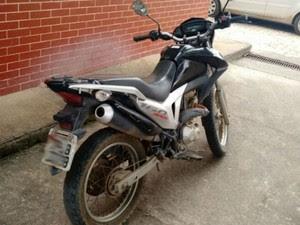 Moto havia sido roubada pelo suspeito no sábado (19) (Foto: Sulbahianews / Uinderlei Guimarães)