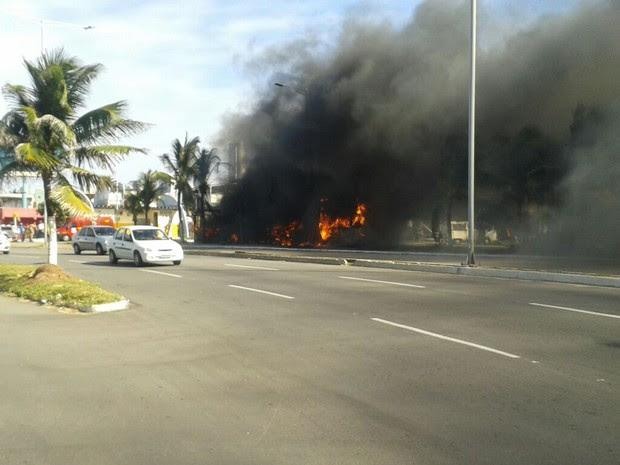 Três ônibus foram incendiados neste sábado em Natal (Foto: Alisson Emanuel de Oliveira Fagundes)