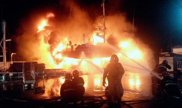 Incêndio começou na noite desta sexta-feira e destruiu completamente o barco (Foto: Divulgação/Corpo de Bombeiros do RN)